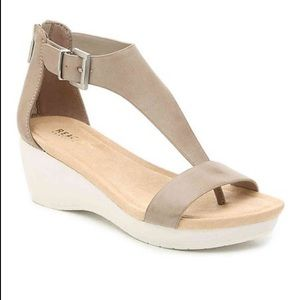 Kenneth Cole Reaction New Gal T Strap Sandal